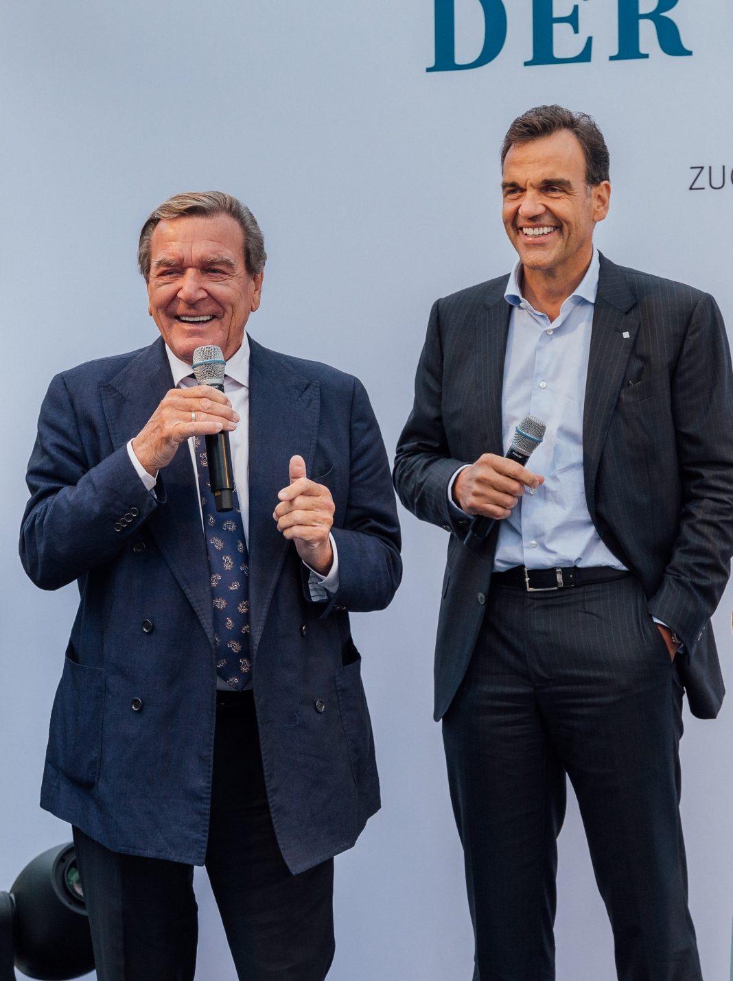 Gerhard Schröder beim Sommerfest der Gröner Group zugunsten des Wirtschaft kann Kinder e. V.: 200.000 EUR für den Safe-Hub der Oliver Kahn Stiftung und AMANDLA